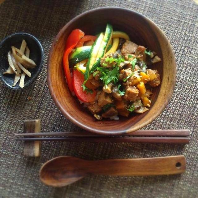 チョリソー風ピリ辛ソーセージとコロコロ野菜のレッドペッパー・ペストソース炒め御飯
