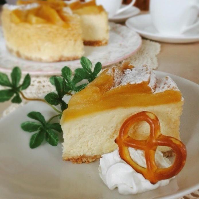 表面にところどころ粉砂糖のかかった林檎のキャラメリゼニューヨークチーズケーキ