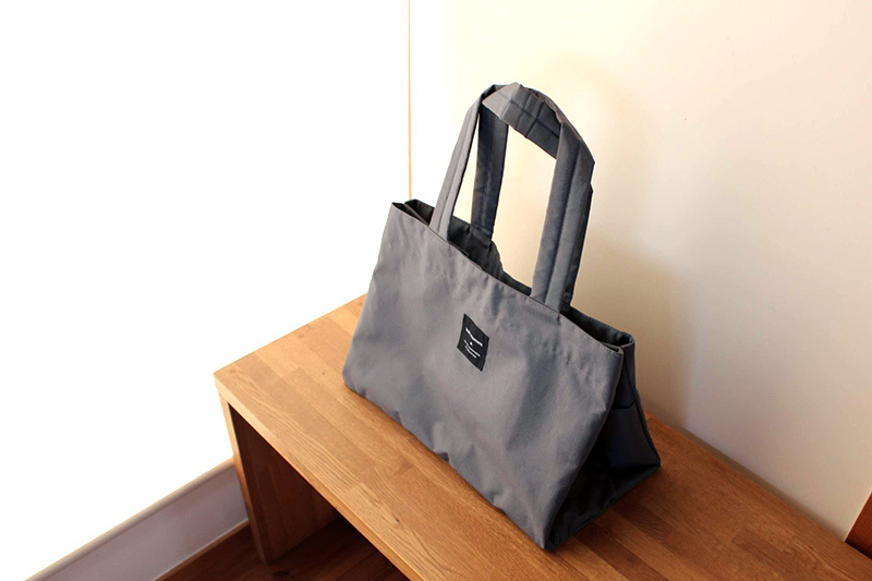 マチを内側に折り込めば、普通のトートバッグのような形に。買い物前はこの形にして持ち歩いても。