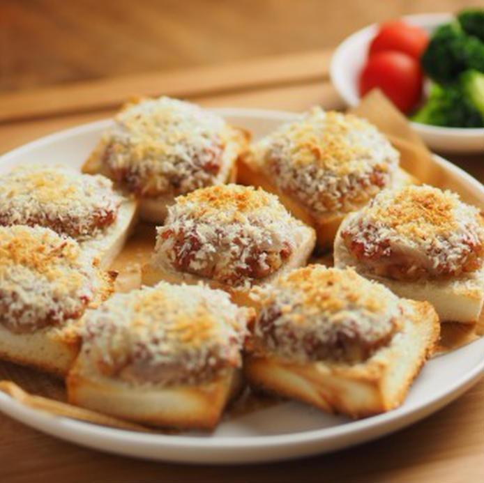 コロッケのタネを食パンに直接のせたコロッケパンが並ぶお皿
