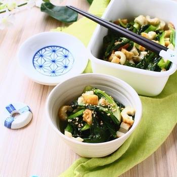 季節の変わりめに緑黄色野菜を食べよう! ごま油で食欲up、小松菜とちくわの炒め煮。