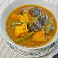 サッと煮えて簡単〜ボリューミィでヘルシー!厚揚げとナスのスープカレー。