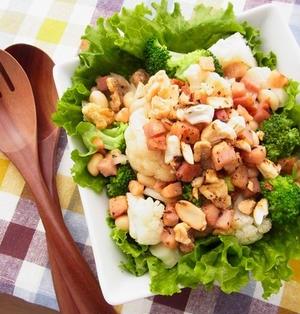 カリフラワーとブロッコリーのホットサラダ ~ カリカリベーコンとローストナッツの熱々ドレッシングがけ