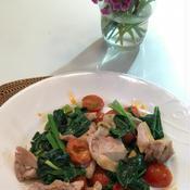 鶏肉とほうれん草とミニトマトの炒め物