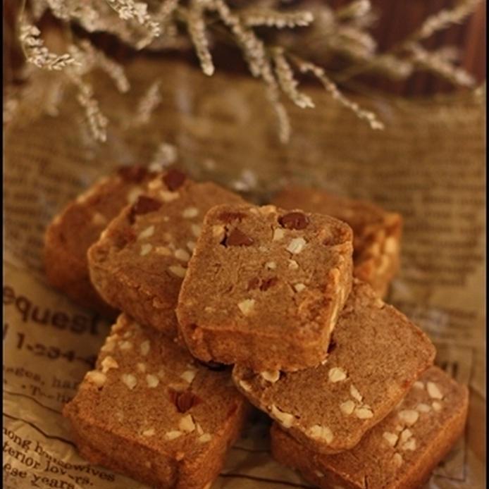 茶色い紙の上に置かれたはったい粉&アーモンドのクッキー