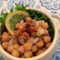 モニター、チリパウダーでひよこ豆とレンズ豆のコールスロー。
