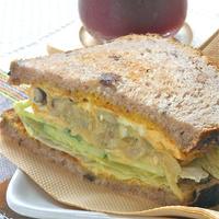 簡単時短の朝ベジ!野菜たっぷりオムレツでボリューミィなシリアルブレッドのトーストサンド。