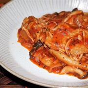 <あつあつピリ辛であったまります鶏肉ときのこのトマト煮>スパイス大使