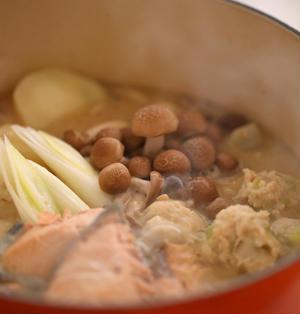 綺麗になれる鮭と鶏団子の酒粕鍋、絶品酒粕。
