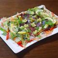 鰹のたたきの野菜と薬味のギュウギュウ盛り合わせ