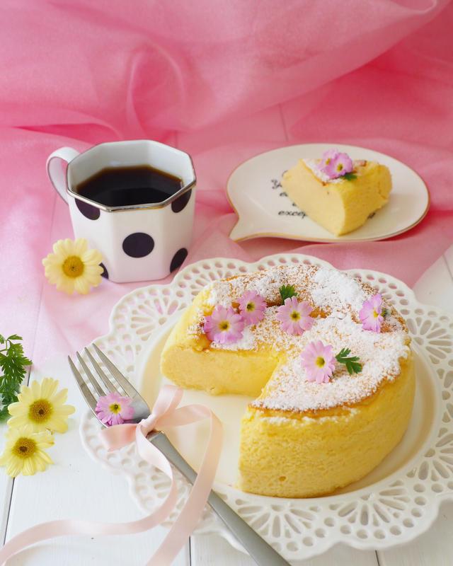 ピンクのお花が飾られた瞬溶けスフレチーズケーキ