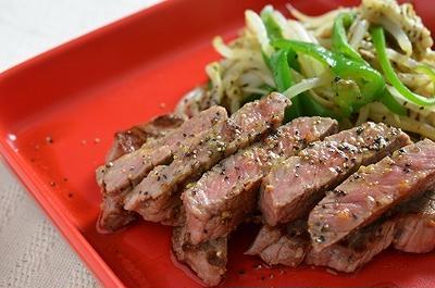 お安いステーキ肉が絶品!炒め野菜添え