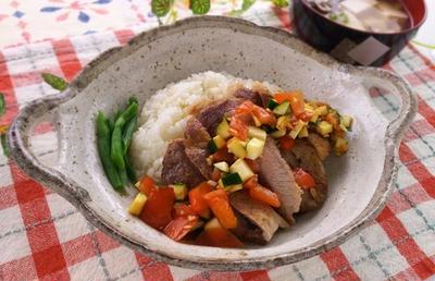お野菜のソースでさっぱりと♪豚テキあっさり丼
