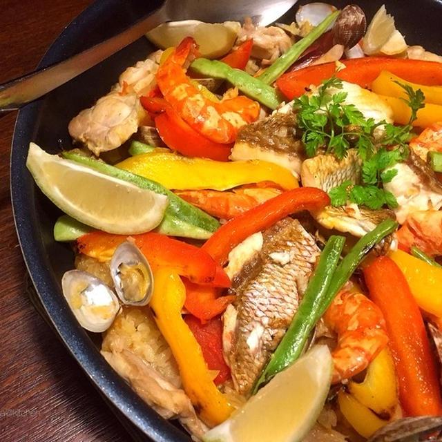 フライパン1個で魚介の旨味をグッと染み込ませた鯛入りのパエリア