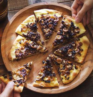 ゴボウと牛そぼろの薄焼きピザ
