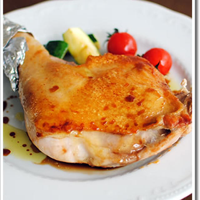 外はパリッと中はしっとり、骨付き鶏もも肉のソテーをクリスマスに!