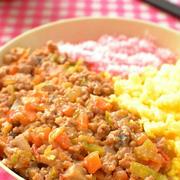 野菜が苦手な方、必見!野菜たっぷりピリ辛肉味噌の三色丼風のレシピ