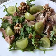 生ハムと葡萄とルッコラのサラダ