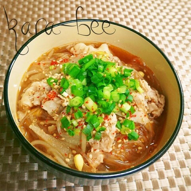 お椀に入った豆もやしの春雨スープ