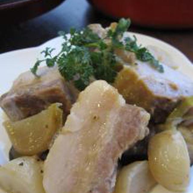 ストウブ鍋で、豚バラの白ワイン煮。