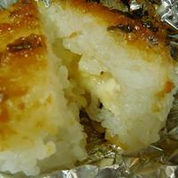 バーベキューのシメは、カマンベールチーズ入り焼きおにぎり♪