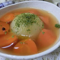 オリーブオイル香る♪ 丸ごと玉ねぎと人参のコンソメスープ