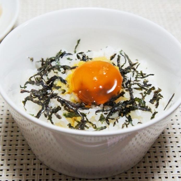 茶碗に盛られた黄身のみそ漬けを使った卵かけご飯