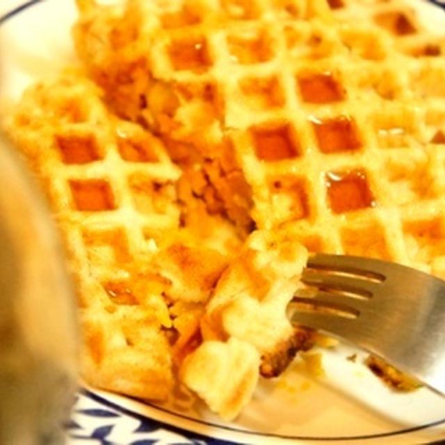 かりっとふわっふる、カボチャとチーズの焼き立てワッフルにメープルシロップの誘惑