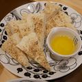 フライパンで焼くカラフルペパーのソーダブレッドといちごとモッツアレラチーズのサラダ