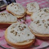 チーズ入り豆腐クリームのラスクカナッペ