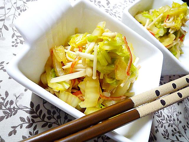 お箸が添えられた白菜とえのきの和え物