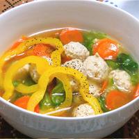 ハロウィンごはんにジンジャー風味のカラフルミートボールスープ。