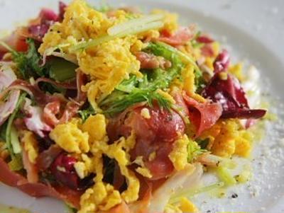 野菜と生ハムのスクランブルエッグサラダ
