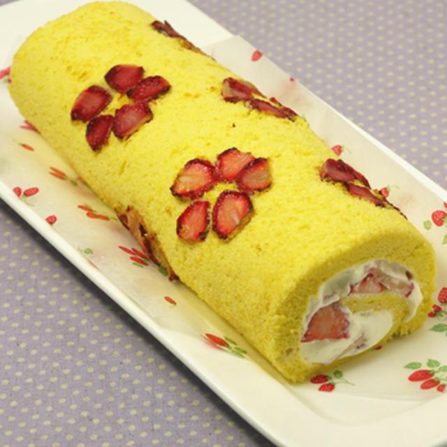 """花形ドライいちごのロールケーキ。 """"即席乾燥いちごで"""""""