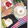 今日の朝食はプロセスチーズ・ゴマ入りブレッドでオムレツ入りサンドイッチ~♪♪