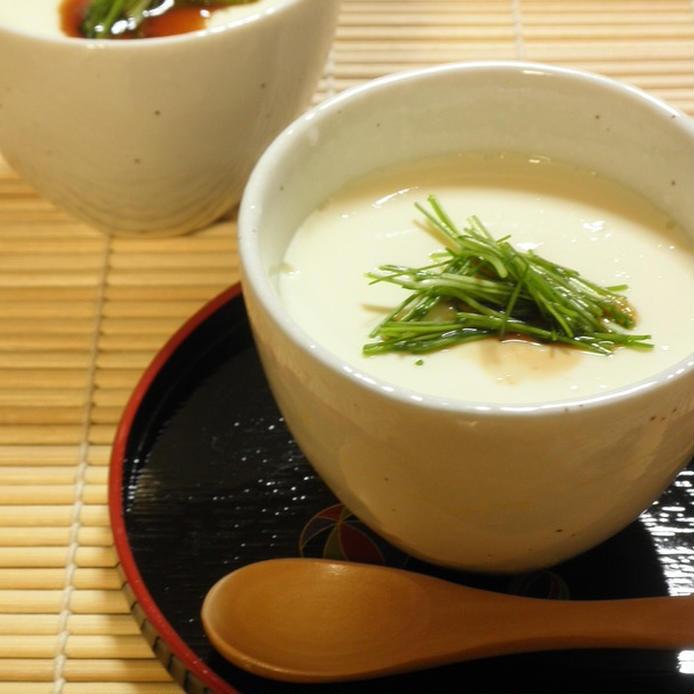 白い器に入った手作り豆腐、黒いお盆とすだれ