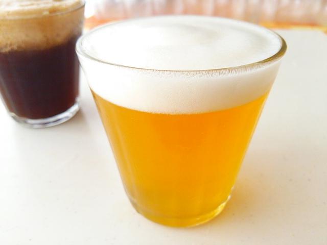 グラスにりんごジュースのゼリーと泡がのっているビール風ゼリー
