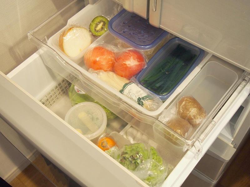 本間さんは、上段の引き出しを左から使いかけの野菜、実野菜、フルーツとケースごとに分けて入れ、下段には...