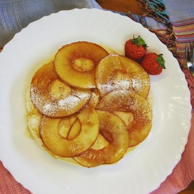 リンゴのキャラメリゼのせパンケーキ