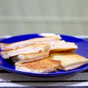 ハムチーズのホットサンド&「発泡酒 本旨」