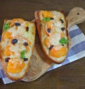 絶妙!とろとろ柿とチーズのバケットトースト
