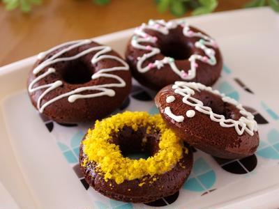 ホットケーキミックスでつくる、バターなしのもちもち焼きドーナツ☆簡単デコおやつ