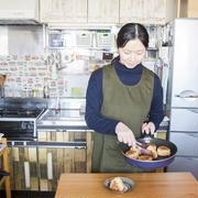 賃貸キッチンに自分好みのリメイクシートを貼る裏ワザ、発見!~mokaさんの「世界一楽しいわたしの台所」