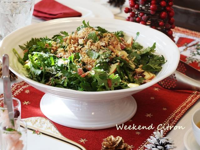 おしゃれな白の皿に盛られた春菊のサラダ
