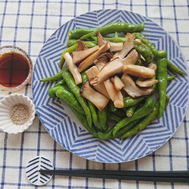 しびれる辛さの甘長唐辛子とエリンギのごま油炒め