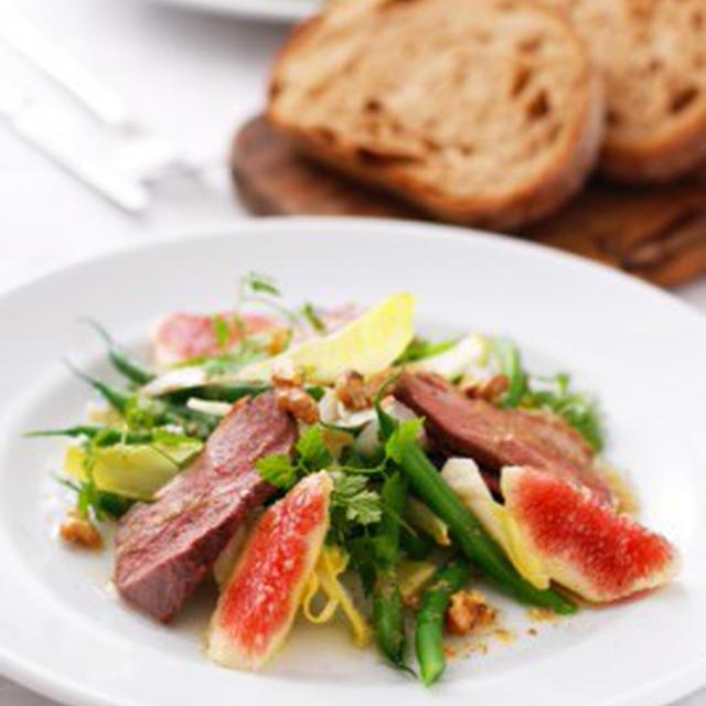 鴨肉と無花果、アンディーブ、クルミのサラダSALADE DE MAGRET,FIGUE,ENDIVES AUX NOIX