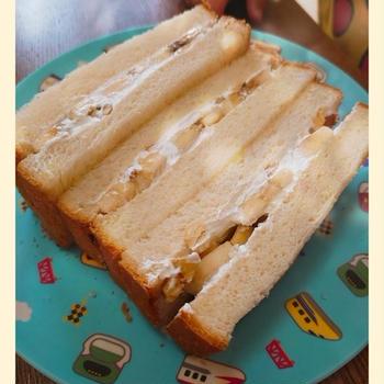 【バナナとナッツのホイップクリームサンド】