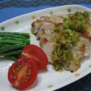 鶏胸肉の柔らかソテー、ピリ辛葱ソース