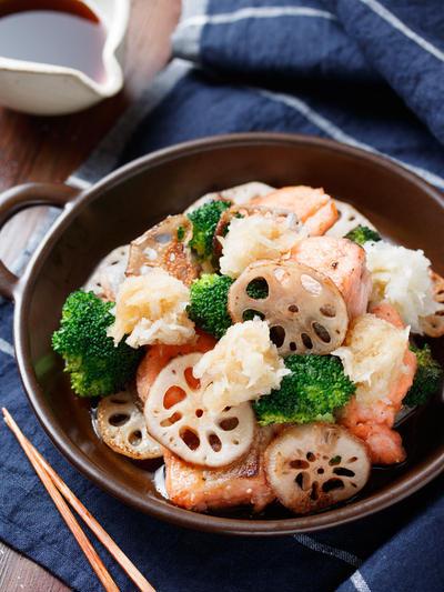 鮭と野菜のぎゅうぎゅう焼き〜おろしポン酢で〜【#簡単 #時短 #節約 #さっぱり #胃腸にやさしい #フライパンひとつ #おもてなし #ぶりでも鯖でも #鶏肉でも豚肉でも #魚 #主菜】