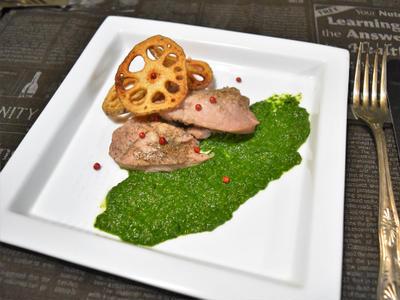 柔らか豚もも肉のロースト、春菊のジェノベーゼソース。旬の春菊で鮮やかなひと皿。